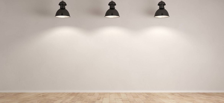 Drei Lampen hängen im Raum